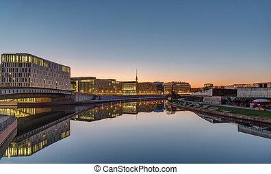 Edificios de oficina en el río Spree en Berlín al amanecer