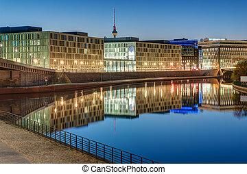 Edificios de oficina en el río Spree en Berlín