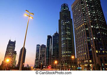 Edificios de oficinas modernos noche de fondo en Shangai