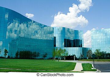 Edificios modernos de oficinas de vidrio en el suburbano Maryland, Estados Unidos.