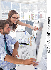 Editores revisando fotografías en la computadora