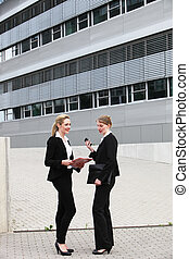 Ejecutivos de negocios femeninos fuera de las oficinas