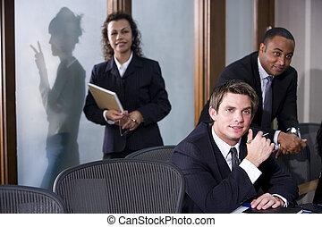 Ejecutivos de negocios multiétnicos en una reunión