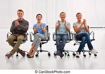 Ejecutivos exitosos aplaudiendo oficina