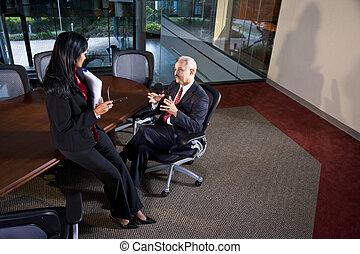 Ejecutivos multiétnicos discutiendo en la sala de juntas