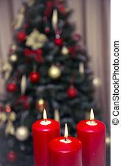 El árbol de Navidad decorado con tres velas