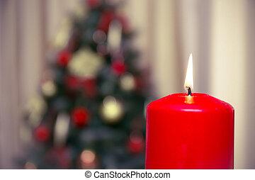 El árbol de Navidad decorado con velas