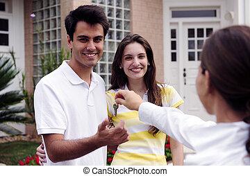 El agente inmobiliario entrega la llave de la casa