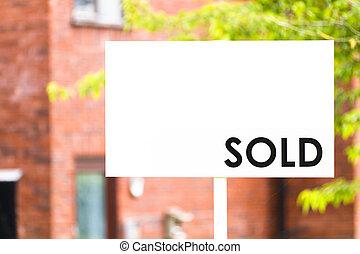 El agente inmobiliario vendió el cartel