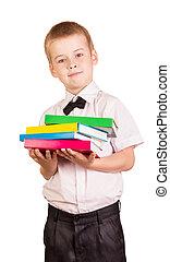 El alumno de fondo blanco tiene un montón de libros