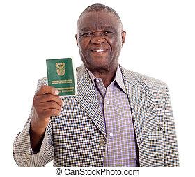 El anciano del sur africano sosteniendo un libro de identificación