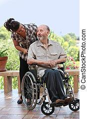 El anciano salió a caminar en silla de ruedas