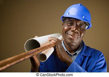 El anciano sur africano o americano fontanero con tuberías