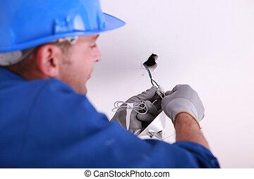 El artesano ajusta la electricidad