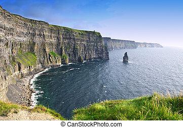 El atardecer sobre los riscoscos famosos del condado de Moher, Irlanda