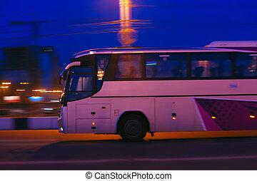 El autobús se mueve de noche