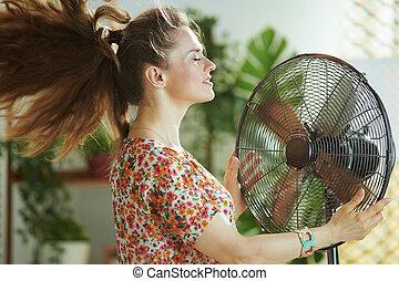 el aventar, día soleado, moderno, mujer, ella misma, casa del verano, caliente
