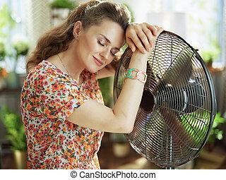 el aventar, soleado, hembra, día, moderno, ella misma, casa del verano, caliente