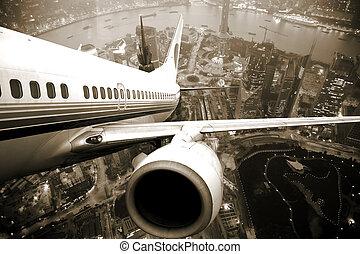 El avión despega de la noche de la ciudad.