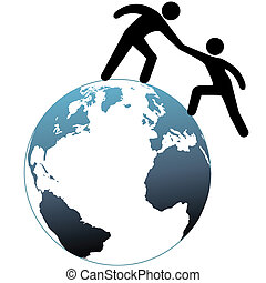El ayudante ayuda a su amigo en la cima del mundo