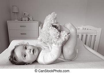 El bebé juega con un juguete suave