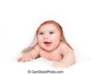 El bebé sonriente con toalla
