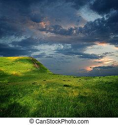 El borde de la meseta de montaña y el cielo majestuoso con nubes