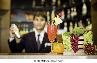 El camarero está haciendo un cóctel en la barra