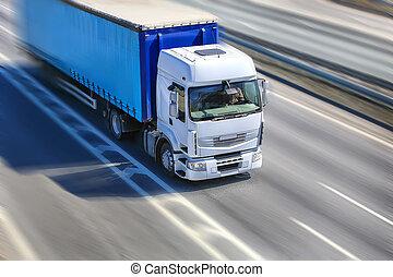 El camión se mueve por la autopista
