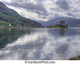 El castillo de Eilean Donan con reflexión