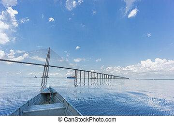 El centro del puente de Manaus Iranduba, también llamado Ponte rio Negro en Brasil