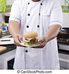 El chef de cerca presentó una hamburguesa