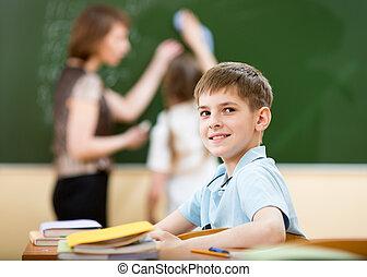 El chico de la escuela en clase