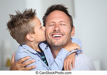 El chico de los bonos dándole un beso a su padre