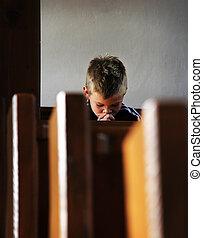 El chico está rezando