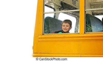 El chico que sube al autobús escolar en blanco
