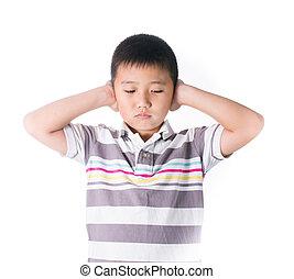 El chico quita las manos de las orejas por ruido fuerte, aprieta la cabeza con las manos, tiene dolor de cabeza, resolución de conflictos