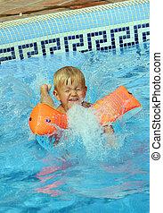 El chico salta a la piscina