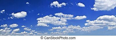 El cielo azul panorámico con nubes blancas
