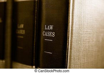El cierre de los libros de leyes en un estante