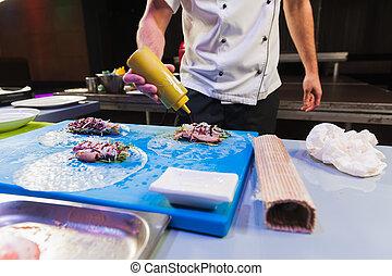 El cocinero prepara comida asiática