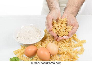 El cocinero prepara la pasta