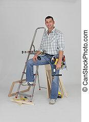 El comerciante posando con sus materiales de construcción