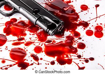 El concepto de asesinato: pistola con sangre en el fondo blanco