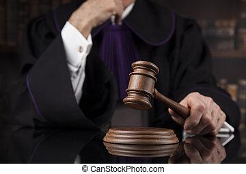 El concepto de justicia y ley. Juez masculino en un tribunal