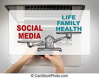 El concepto de las redes sociales. Mujer de negocios trabajando con la computadora