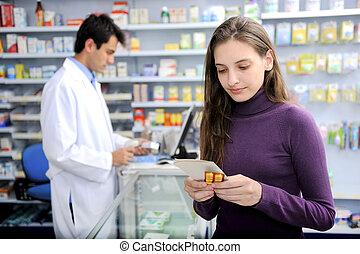 El consumidor con medicina en la farmacia