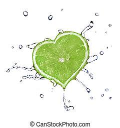 El corazón de lima cayó en el agua aislado en el blanco