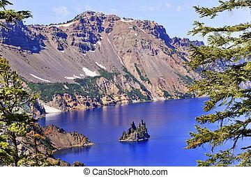 El cráter de la isla fantasma del lago refleja el cielo azul