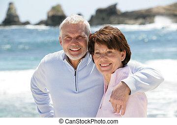el dar un paseo, pareja, playa, viejo, por